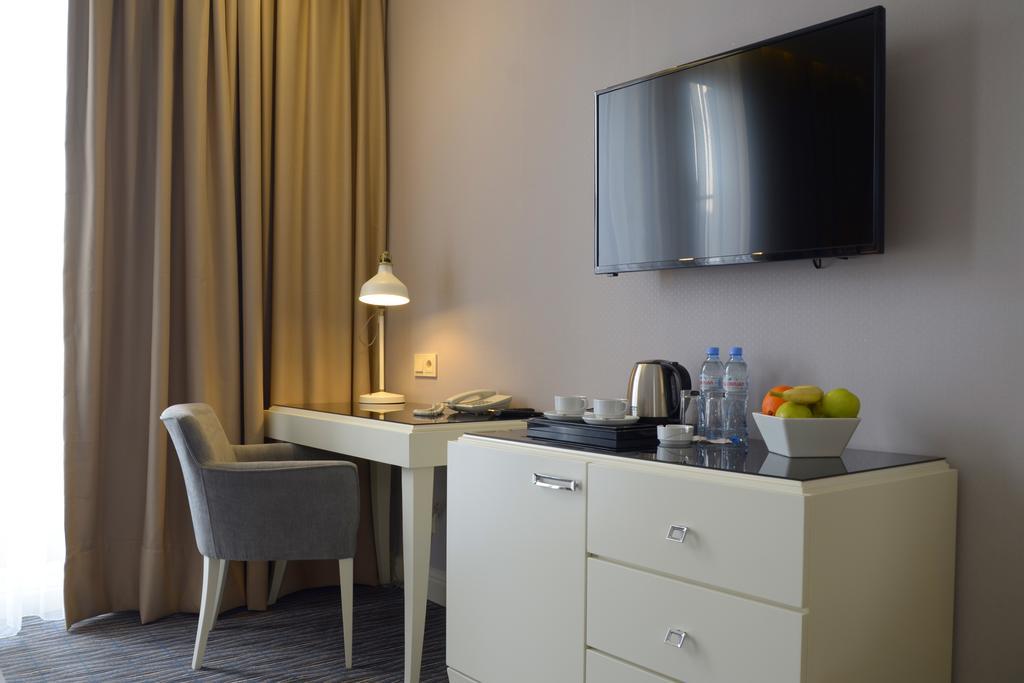 City Avenue. Room