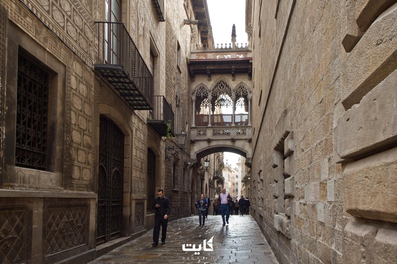 خیابان کرر دل بیسبه (Carrer del Bisbe) در بارسلونا