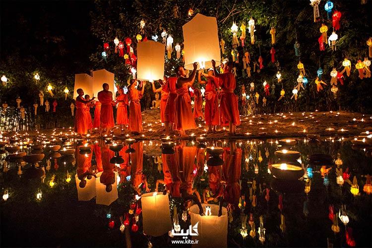 راهبان مشغول روشن کردن فانوس در جشن فانوس تایلند