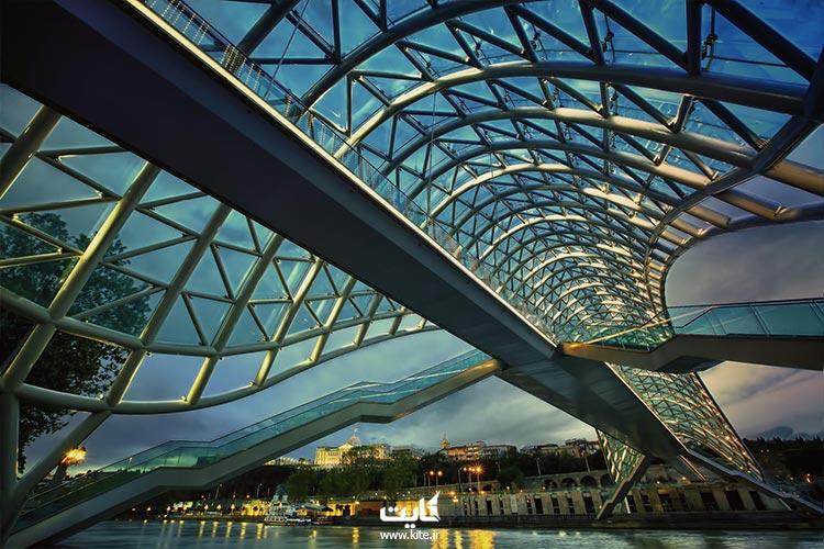 پل صلح گرجستان رابط بین شهر قدیم تا مدرنیته: