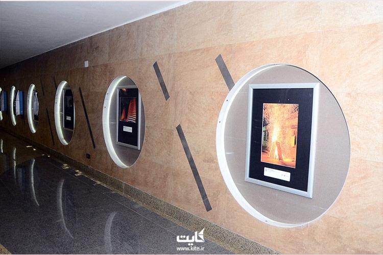 نمایشگاه عکس روی دیوار متروی باکو