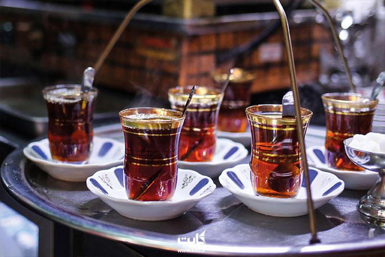 نوشیدن چای در بازار بزرگ استانبول