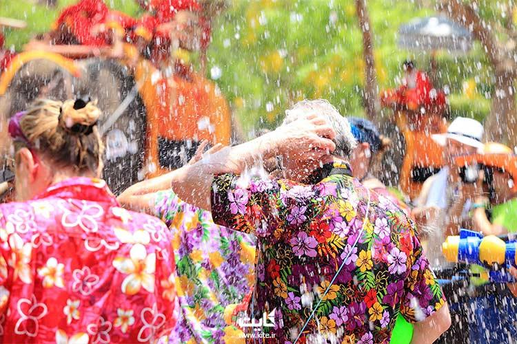خیس شدن مردم در جشن آب تایلند
